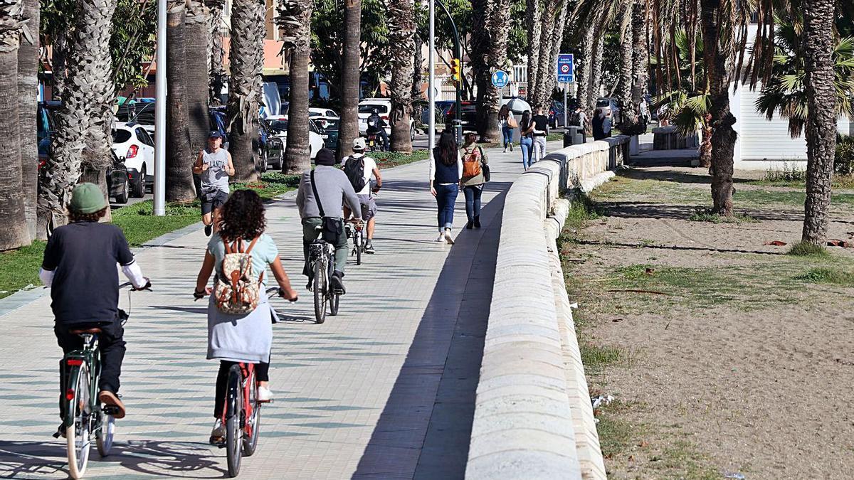 Ciclistas en el paseo marítimo el pasado miércoles.