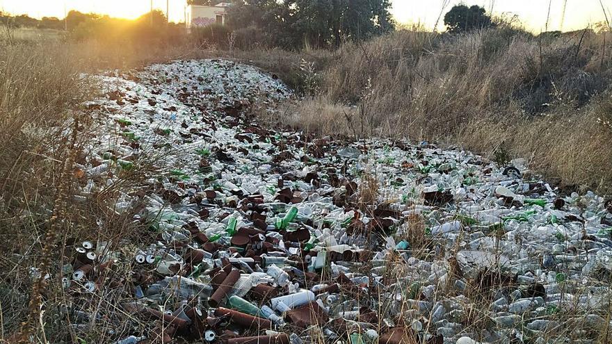 Un gran vertedero de botellas en Torregamones mancha Los Arribes