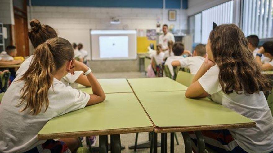 Canarias acuerda dividir en tres listas al profesorado interino