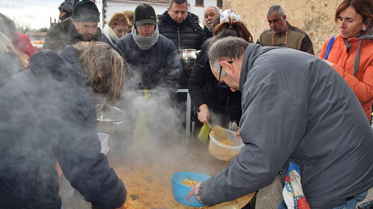 Repartiment de les racions d'arròs en la Festa de Sant Sebàstia de l'any 2020
