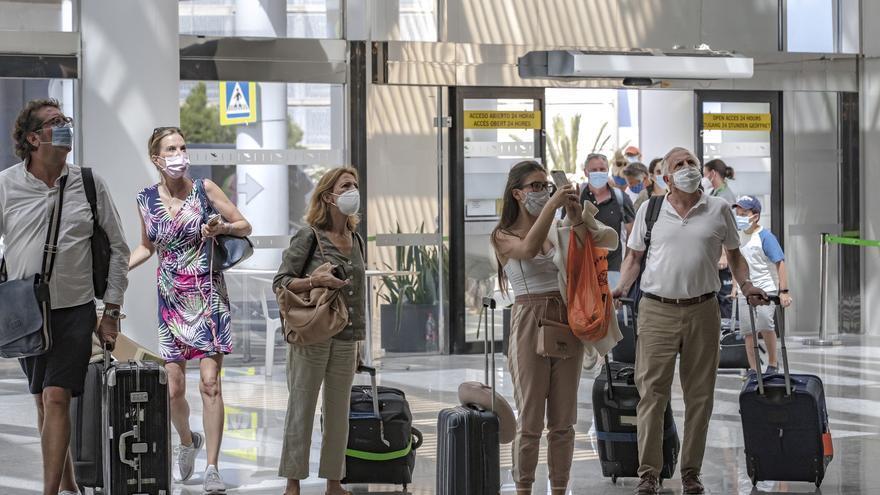 La oferta aérea entre Canarias y Baleares se triplica en plena crisis