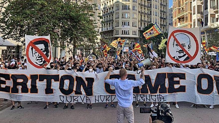Marcha hasta Mestalla contra la gestión de Lim y Murthy en el Valencia CF