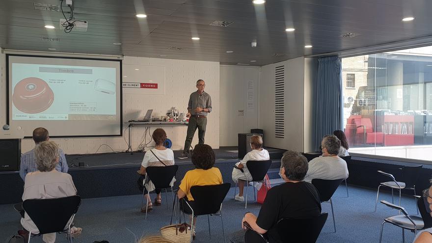 El professor Fede Luque parla de tecnologia i gent gran a la biblioteca