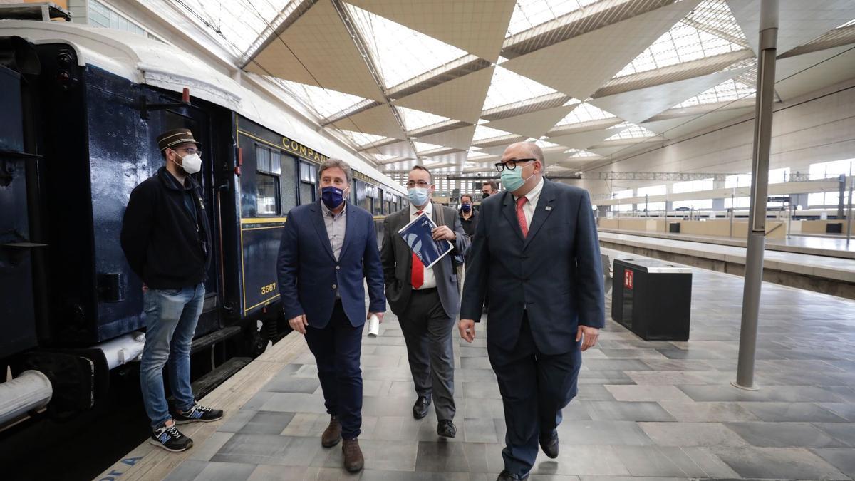 Aragón da el primer paso para el futuro museo del ferrocarril. En la imagen, Soro, Domínguez y Abadías.
