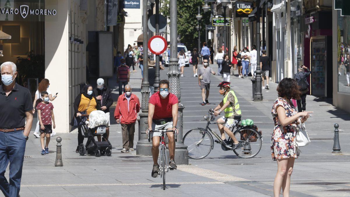 Un par de ciclistas por el centro de Córdoba.