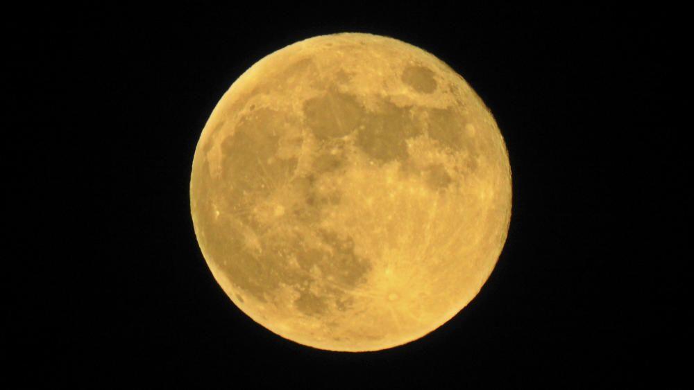 Sant Llorenç de Morunys. Fotografia feta al vespre per un lector, que observant cap a la serra de Busa va poder captar aquesta preciosa foto de la lluna, ben gran i rodona.
