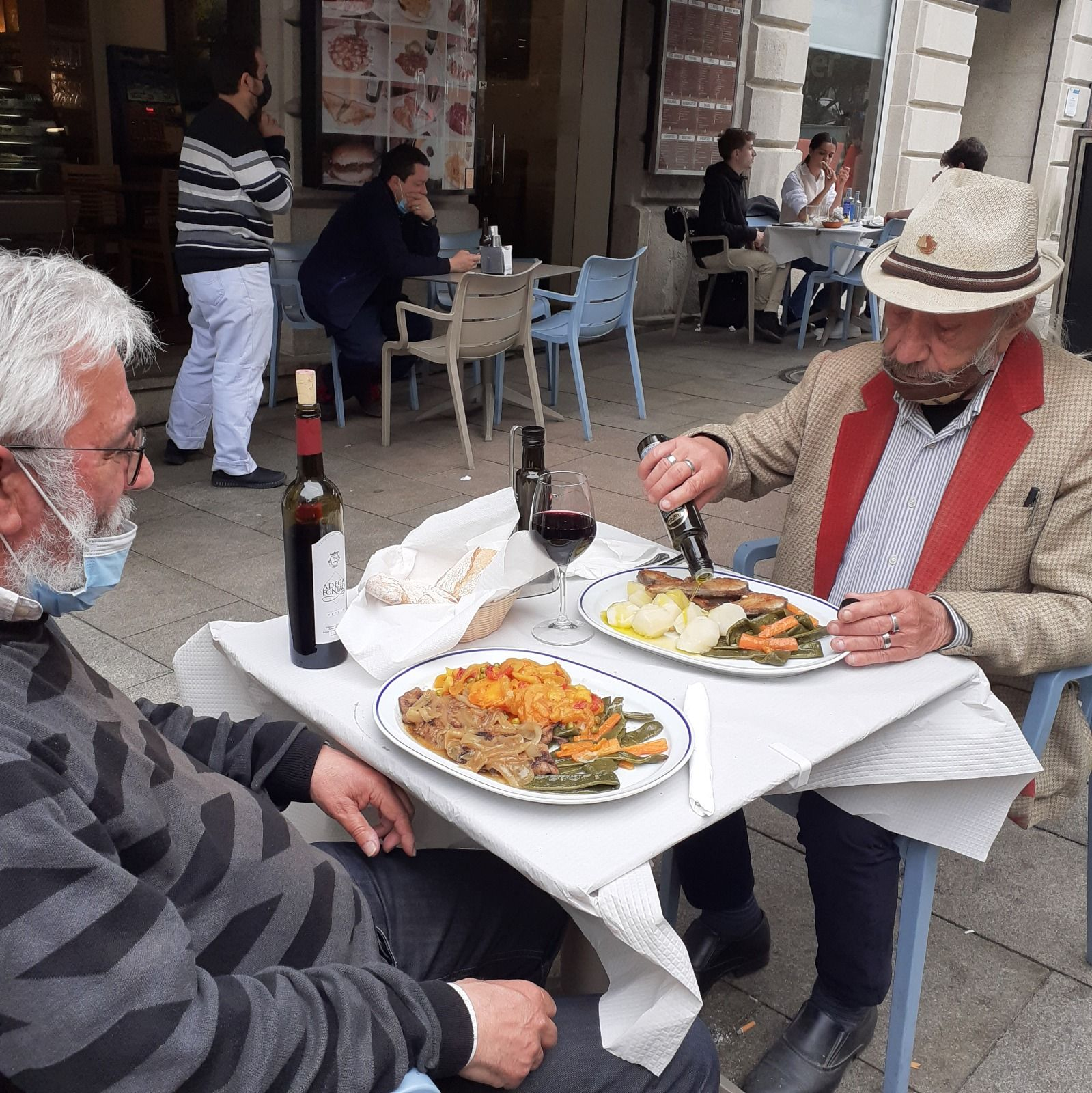 El rosaleiro Manuel Estévez junto al pintor Secundino Diz