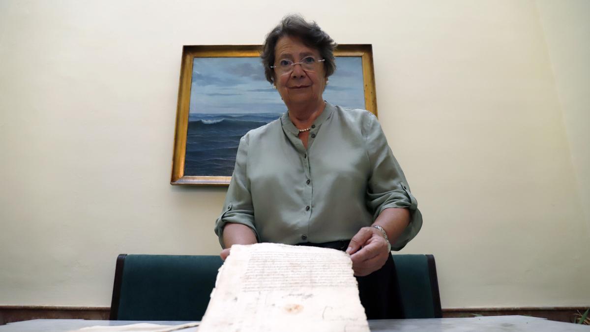 La profesora de la UMA Encarnación Serrano Ramos con uno de los legajos sobre Hernán Vázquez de Loaysa.