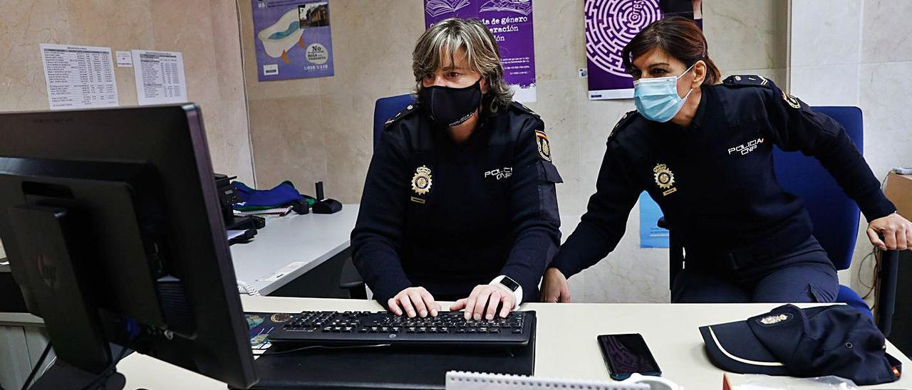 Tatiana Álvarez, a la izquierda, y Susana Suárez, ayer, en su despacho de la Unidad de Familia de la Comisaría de la Policía Nacional en Avilés. | Mara Villamuza