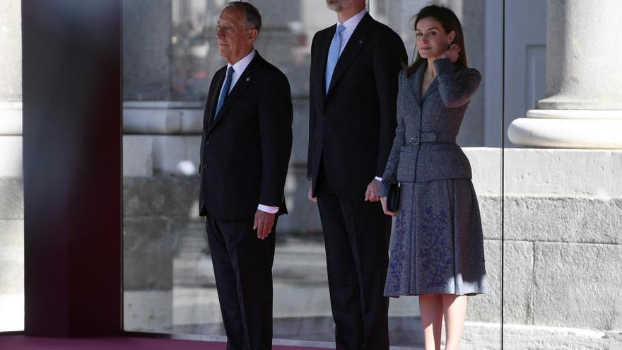 La Reina hace un guiño a Doña Sofía en la cena de gala al presidente de Portugal
