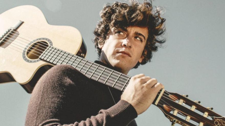 """Guitarricadelafuente toca """"La manta al coll"""" en su concierto en Alicante"""