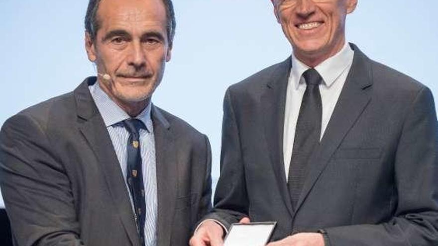 El ovetense Alberto Sicilia preside un congreso de 4.000 dentistas en Viena