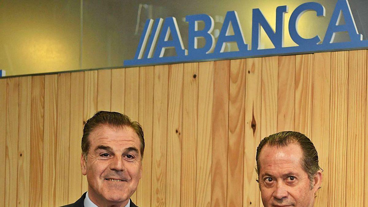 Fernando Vidal y Juan Carlos Escotet, al presentar el acuerdo entre Deportivo y Abanca, en enero.
