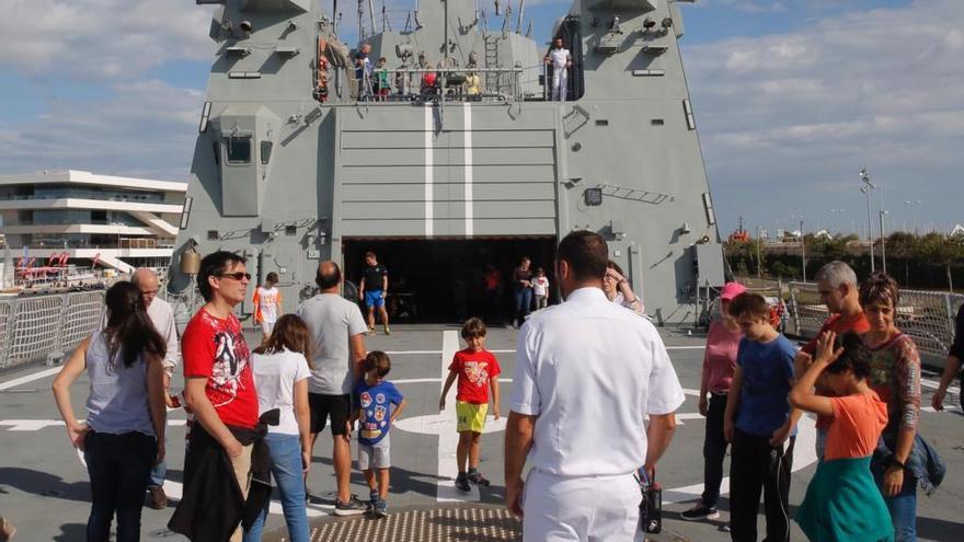 Cerca de mil personas visitan en València el buque Audaz de la Armada Española