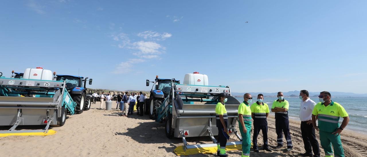 La nueva maquinaria que limpia las playas de Elche.
