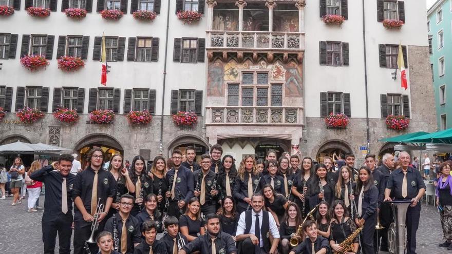La Banda Sinfónica de Aldaia actúa en la plaza del «Tejado Dorado» de Innsbruck
