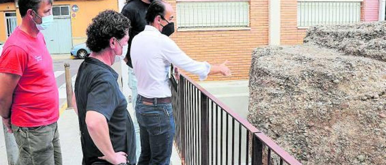 El concejal Guillermo Sampedro comprobando el resultado de la intervención.   LEVANTE-EMV