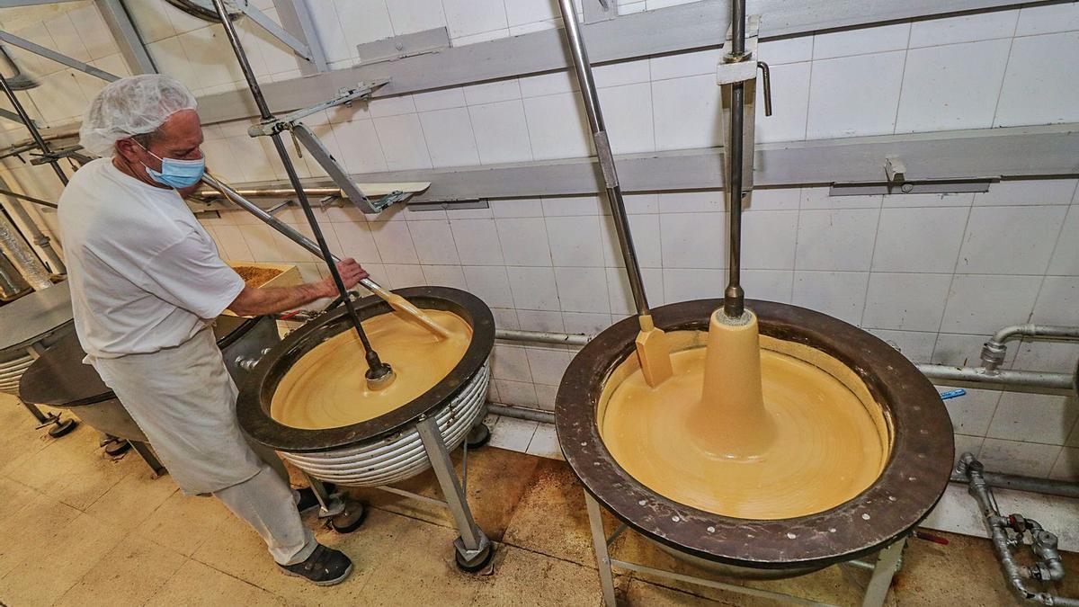 El maestro turronero de la empresa Hijos de Manuel Picó trabajando en la elaboración de los turrones.