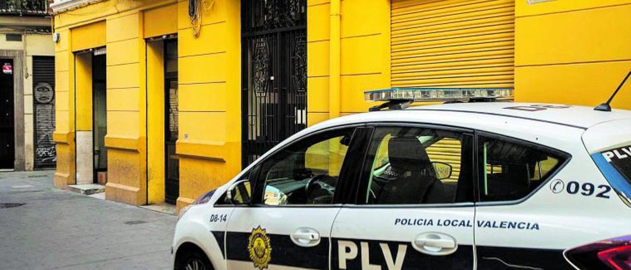 La policía pasa por delante  del bar clausurado en  Balmes. levante-emv