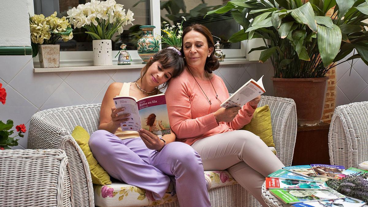 Les actrius Lola Moltó i Paula Braguinsky llegint els llibres de «Llegir en valencià». fbfl