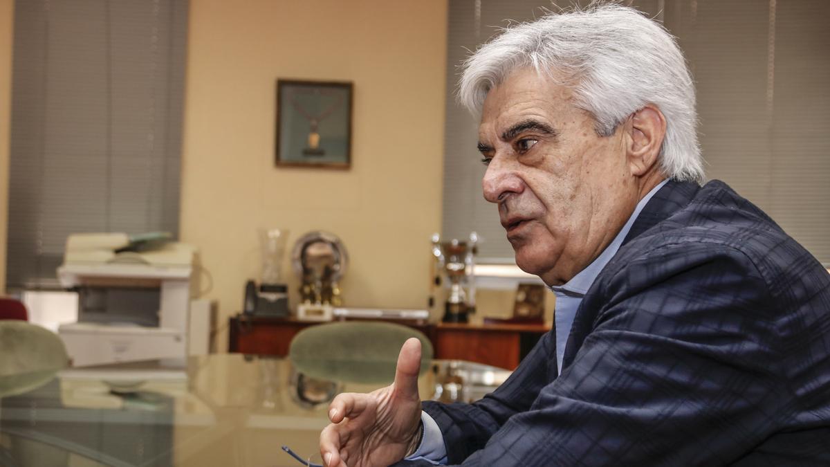 Pedro Rocha, este miércoles en la hemeroteca de El Periódico Extremadura.