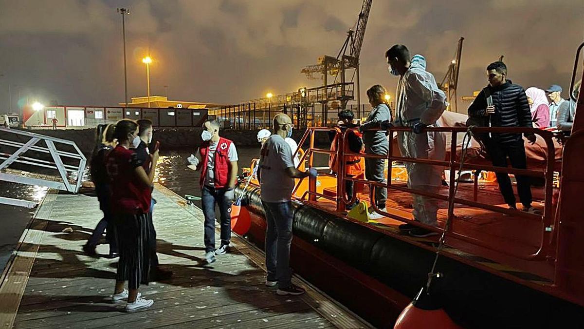 Algunas de las personas rescatadas, entre ellas niños, a su llegada anoche al puerto de Alicante. | LEVANTE-EMV
