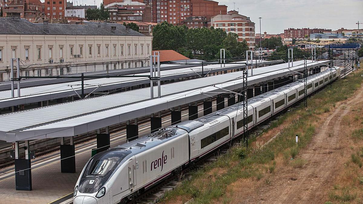 El tren Avril en la estación de Zamora capital.   Emilio Fraile