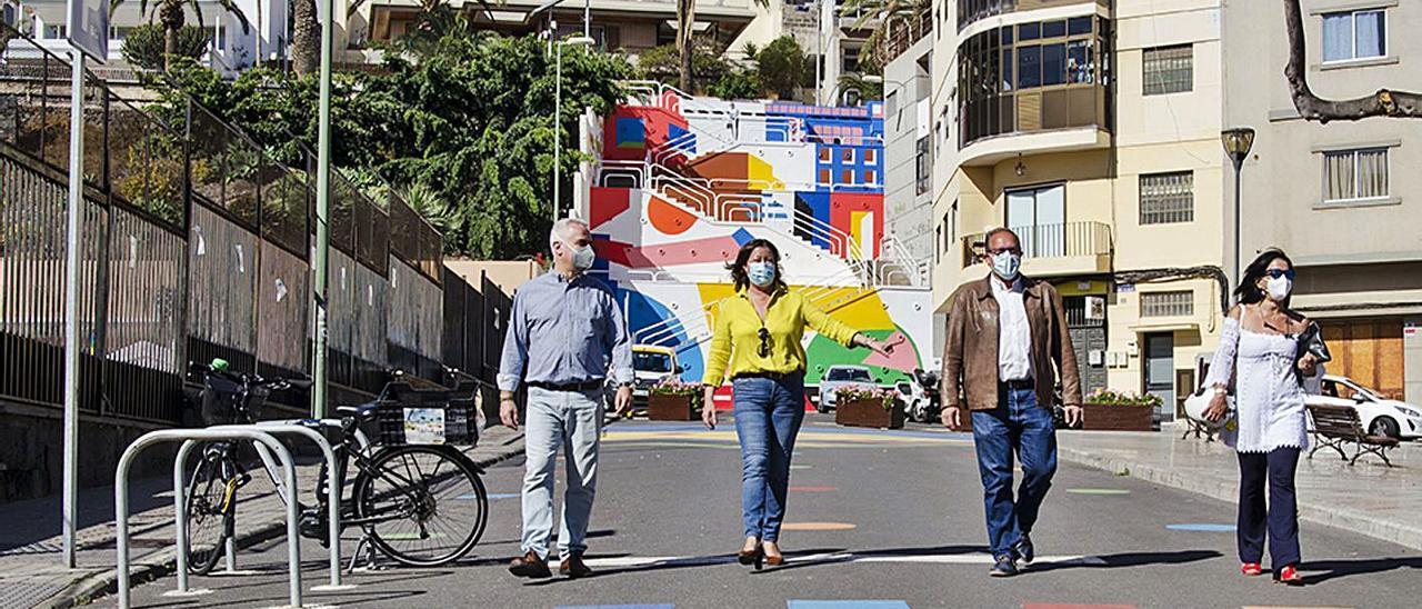 Eduardo Ramírez, segundo a la derecha, ayer, en la zona del mural terminado. | | LP/DLP