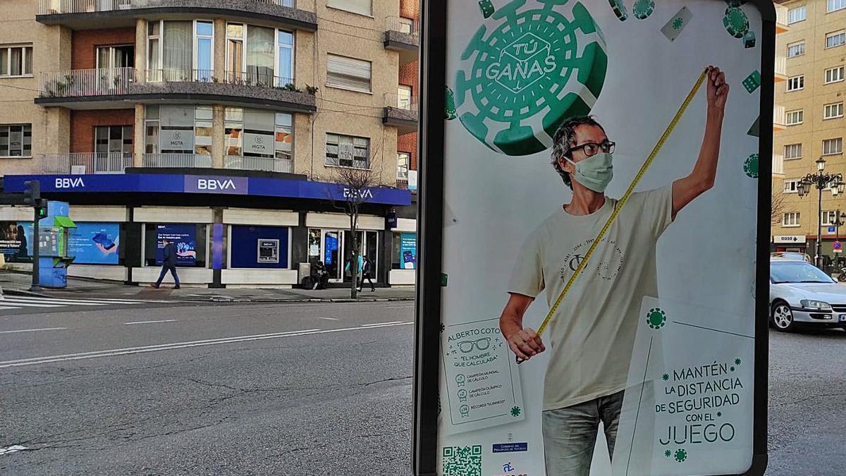 Un cartel de la campaña contra el juego protagonizada por el matemático Alberto Coto y promovida por el Gobierno regional, en la avenida de Galicia. | F. V.