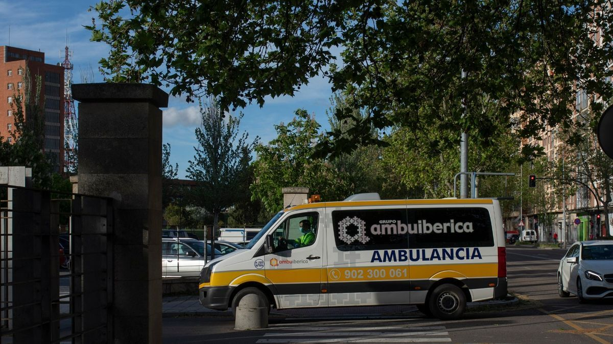 Sigue la última hora del coronavirus en Zamora. En la imagen, personal sanitario en una ambulancia del Hospital Virgen de la Concha.
