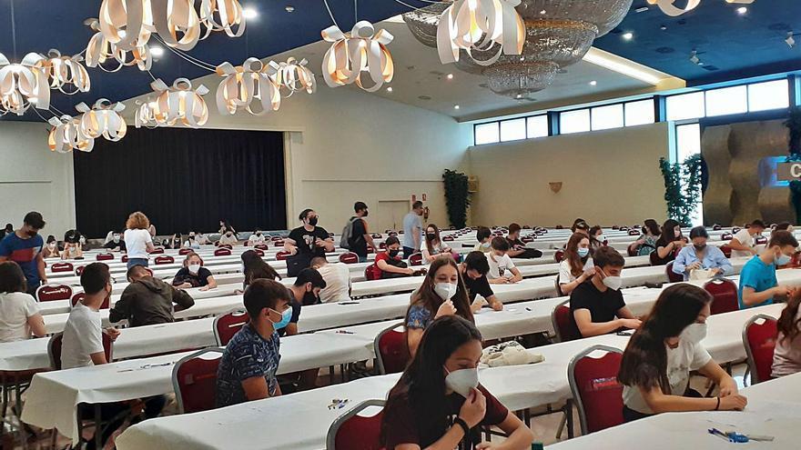 Exàmens baix les llums d'una sala de festes a Alzira