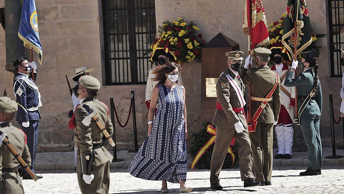 La presidenta y el comandante general de Balears, durante el acto de ayer.