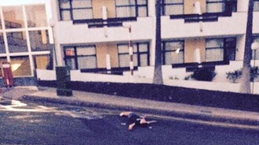 La imagen de un popular futbolista británico borracho en Tenerife escandaliza a Inglaterra