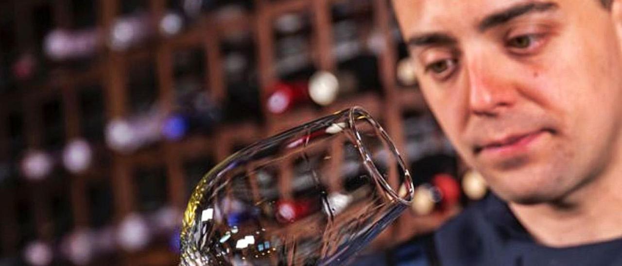 Maikel Rodríguez, catando un vino.