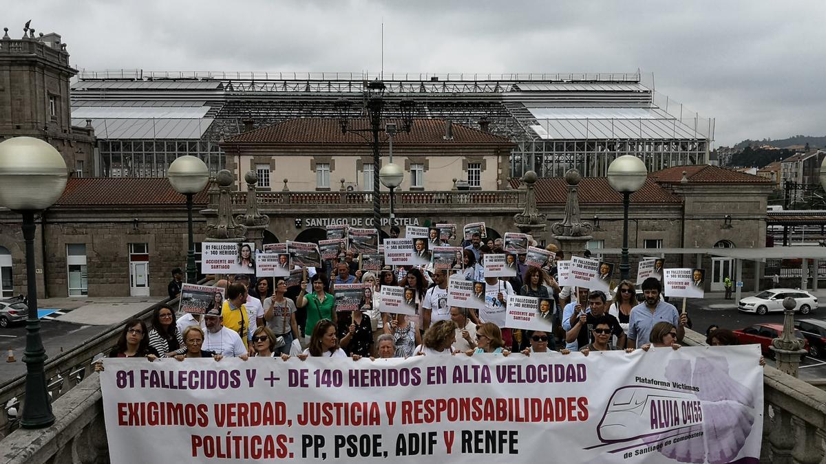 Manifestación de víctimas del Alvia en el 5º aniversario de la tragedia de Angrois.