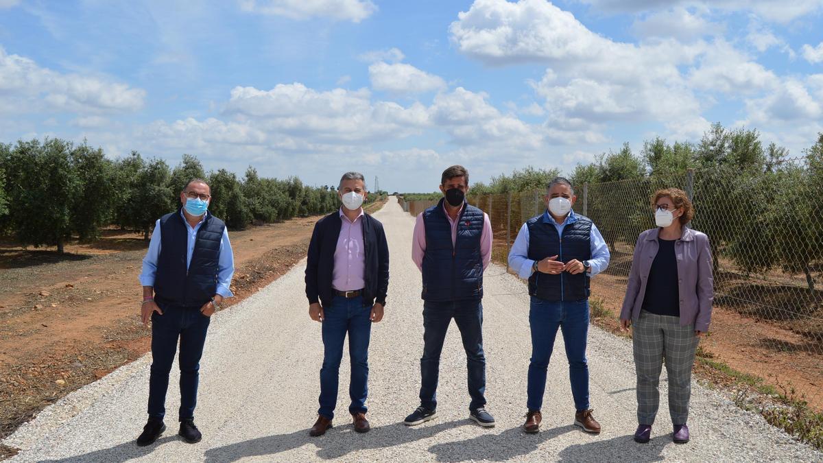 Diputados de IU con el alcalde y el teniente de alcalde del Ayuntamiento de Fuente Palmera.