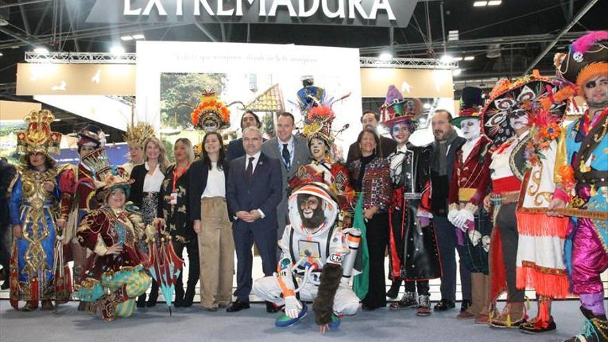 La ciudad llevó a fitur el colorido de sus comparsas carnavaleras