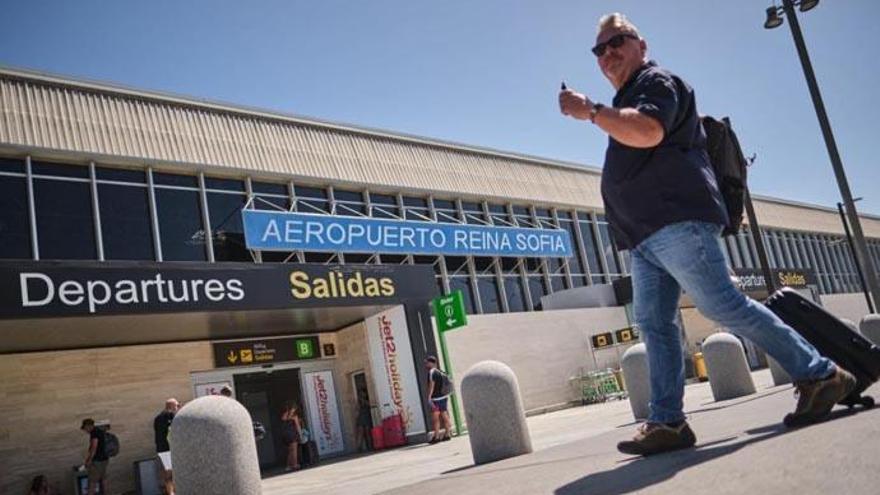 Tres jóvenes intentan volar con documentación falsa en Tenerife Sur