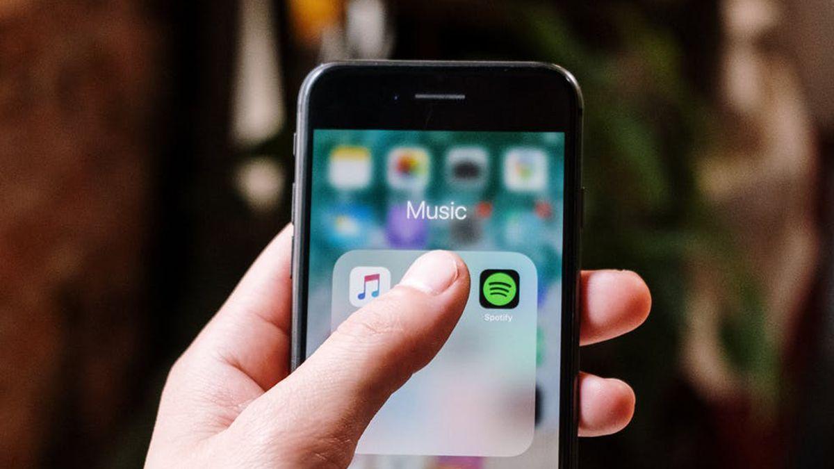 La multa por usar el móvil para escuchar música que te puede salir muy cara