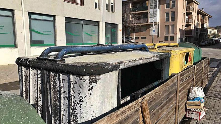 Cremen dos contenidors de reciclatge a diferents punts de Banyoles en una nit