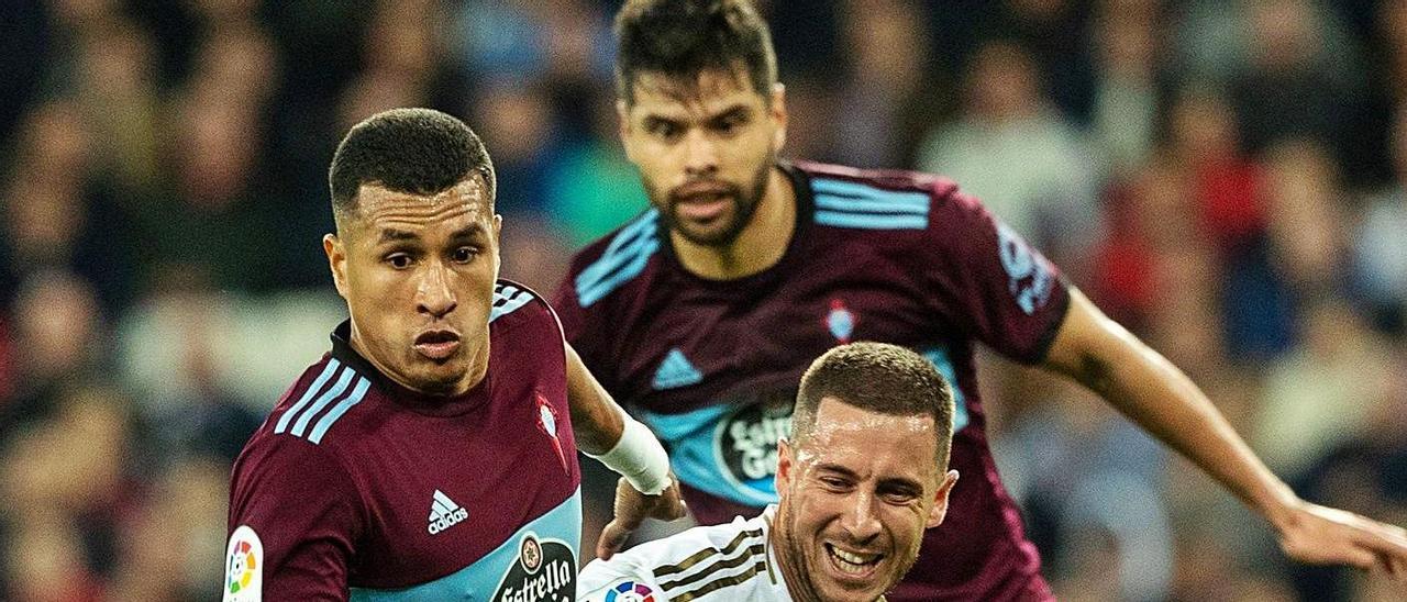 Murillo conduce el balón ante Hazard y Araújo en un partido contra el Real Madrid. |  // RODRIGO JIMÉNEZ