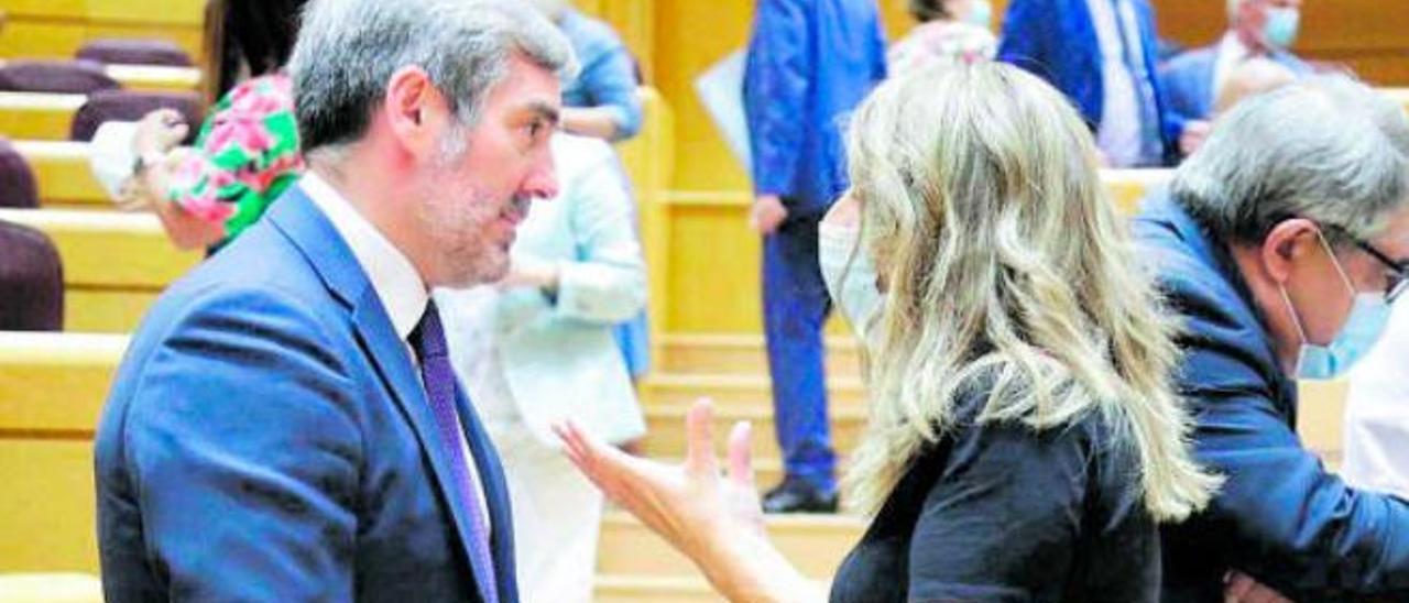 Fernando Clavijo habla con la ministra Yolanda Díaz en el transcurso del pleno en el Senado, ayer .