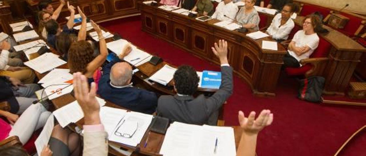La oposicón en bloque vota en contra de la propuesta de Guanyar sobre participación ciudadana.