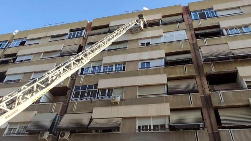 Rescatan por el balcón a una persona herida en su casa en Elche