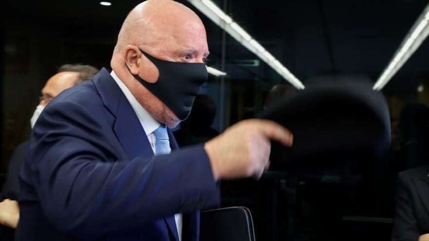 El juez propone juzgar a los directores de Seguridad de Repsol y Caixabank por contratar con Villarejo