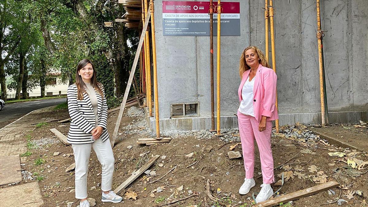Verónica Pichel y Carmela Silva, durante la visita a las obras en Forcarei.