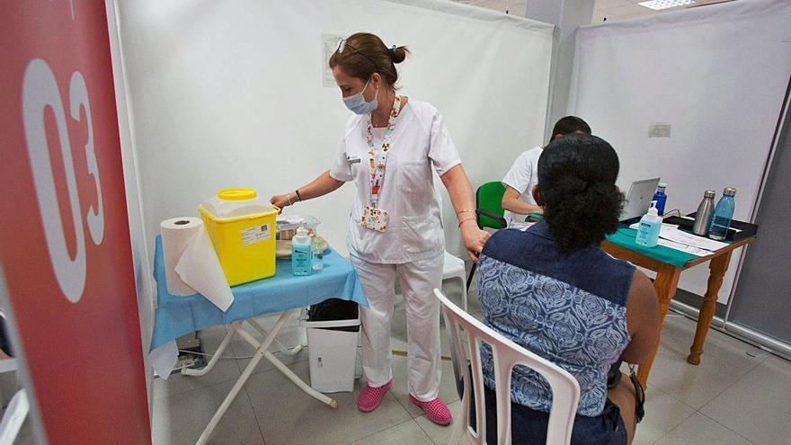 Alertan del goteo de contagios entre los ya vacunados y el repunte de sanitarios infectados