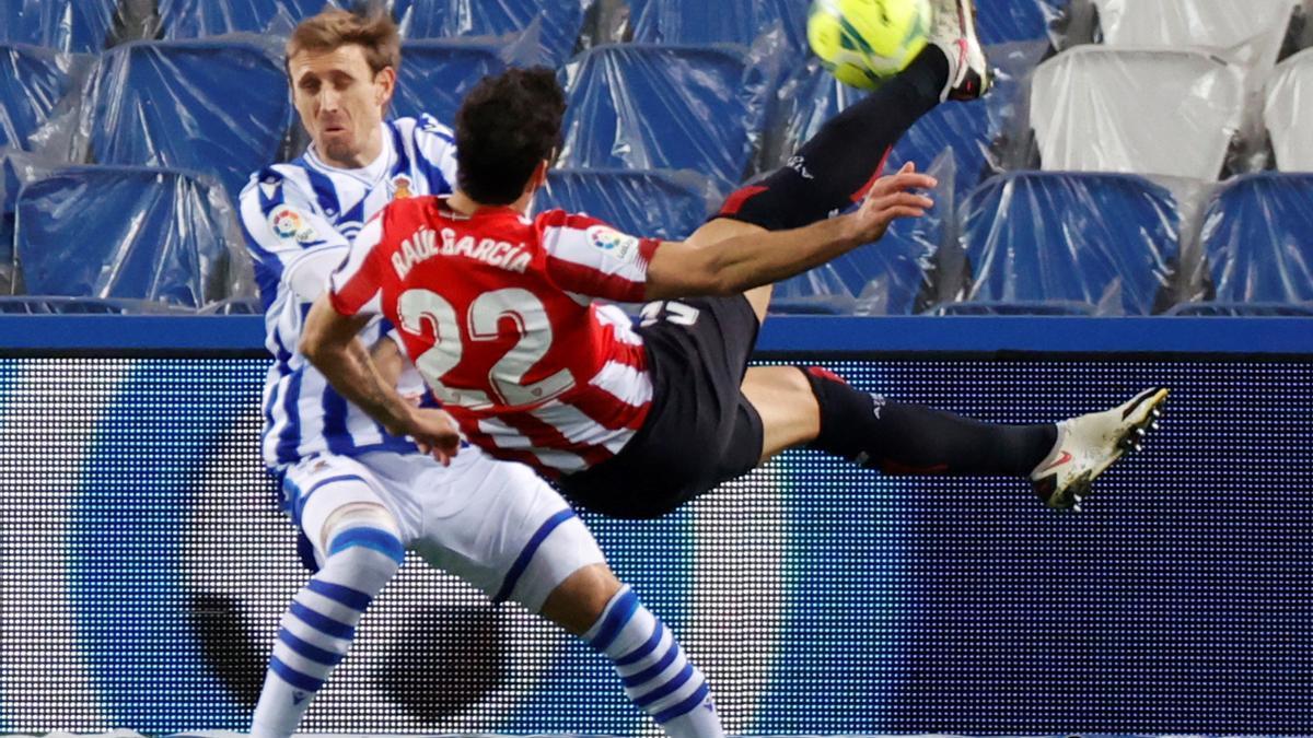 Raúl García despeja un balón ante la Real Sociedad.