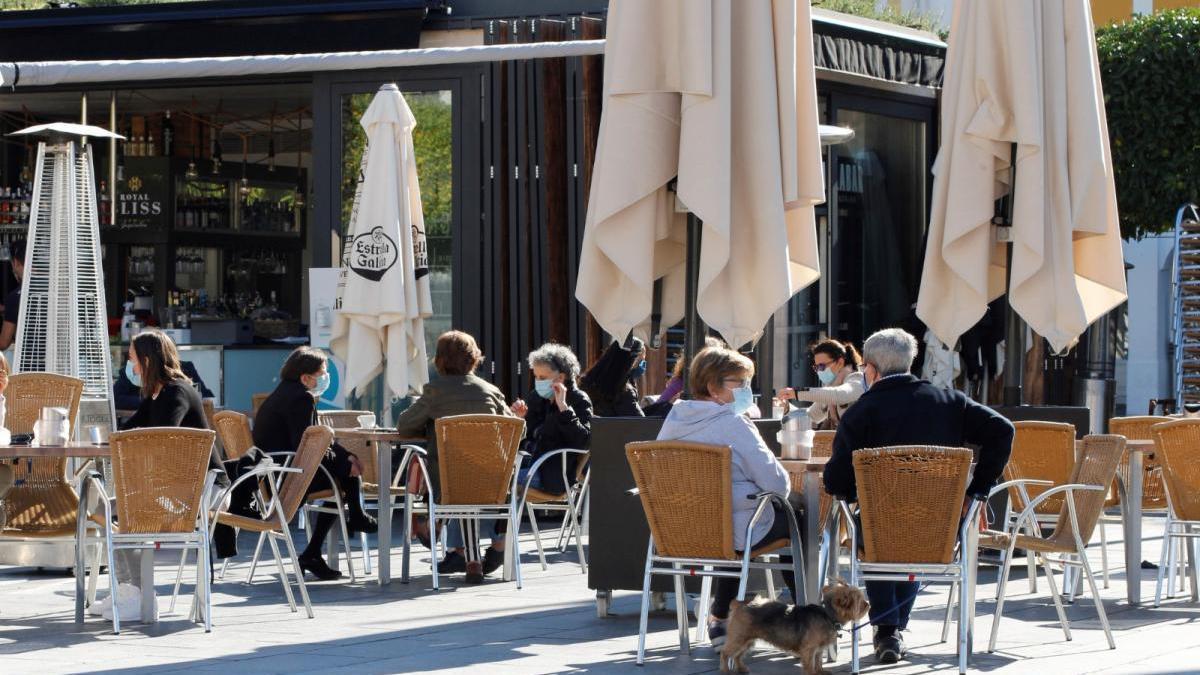 Veladores en la plaza de España.