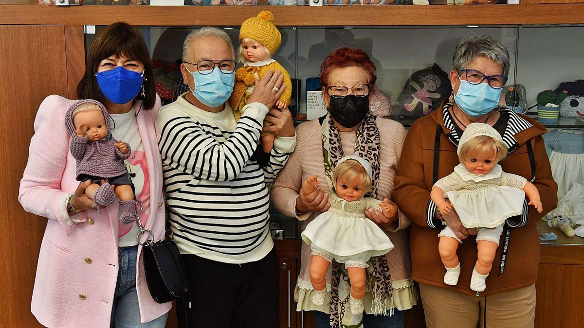 Loli Rodríguez, Fernando Martínez, Teresa Castañón y Marisa Murias, en el Espazo+60, con muñecos que visten en sus talleres solidarios.